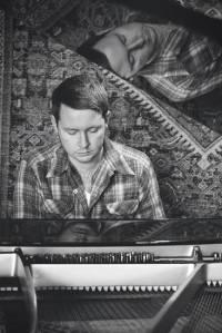 john fullbright achter de piano