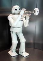 robot met trompet rechts