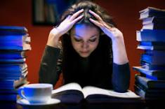 studerend meisje boven boek