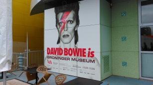 groot affiche David Bowie Is Groninger Museum