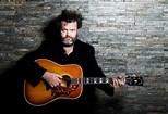 Lohues met gitaar en baard