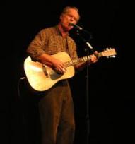loudon wainwright met een gitaar