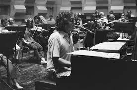 randy-newman-jong-in-studio-met-orkest