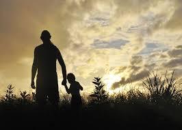 vader en zoon buiten