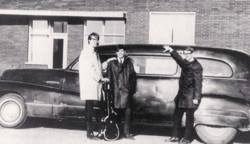 Neil Young bij zijn auto met zijn band The Squires