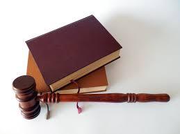 hamer met wetboeken