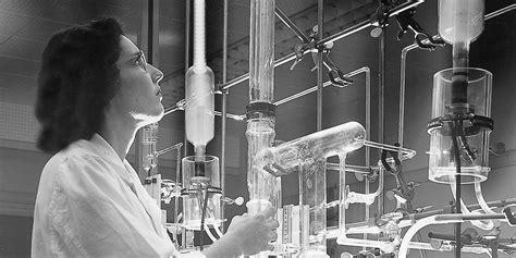 Vrouwelijke laborant aan het werk in het lab